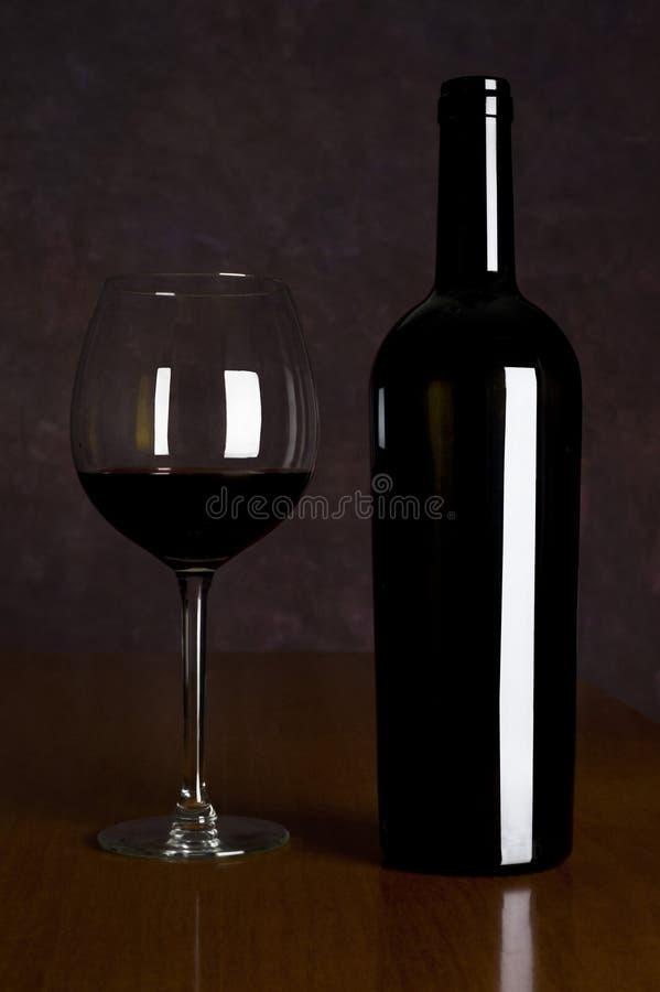 Rotwein in der Flasche stockfoto