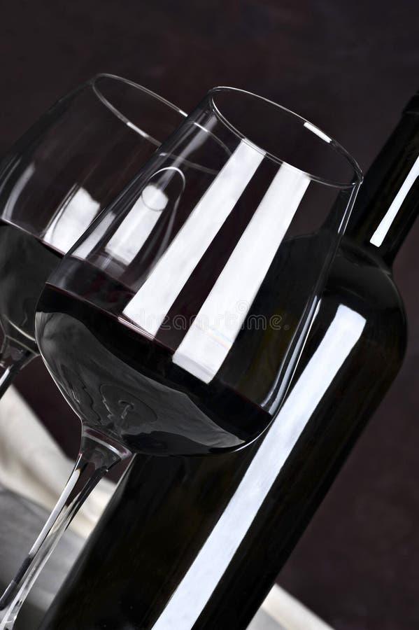Rotwein in der Flasche lizenzfreie stockfotos