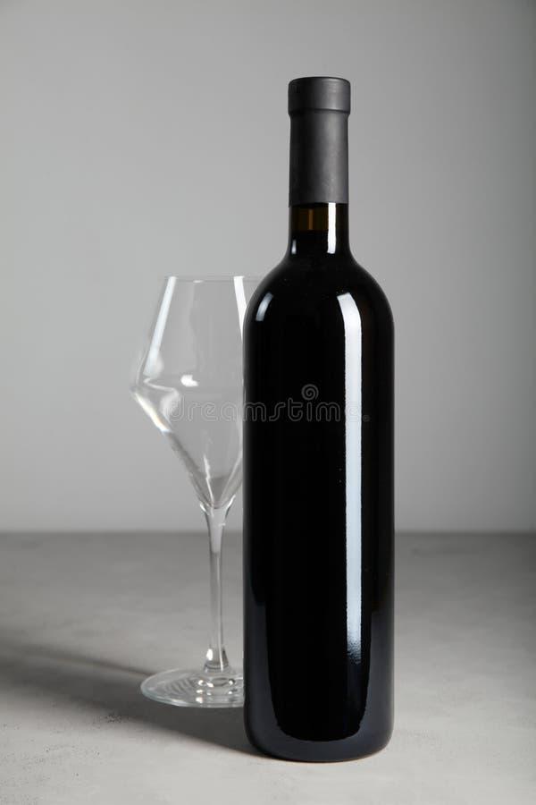 Rotwein der luxuriösen Weinlese in einer schwarzen Glasflasche lizenzfreies stockbild