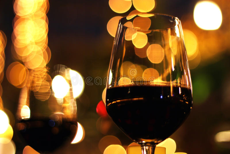 Rotwein der romantischen Paare stockbild