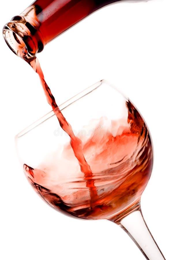 Rotwein, der unten gießt stockfoto