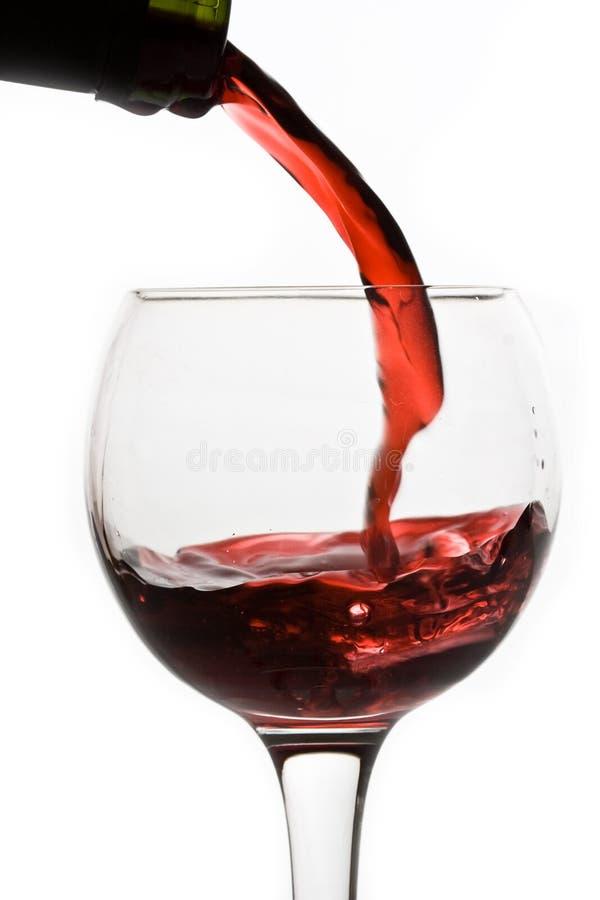 Rotwein, der unten gießt stockbild