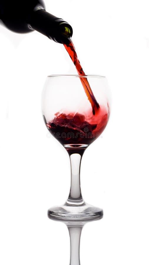 Rotwein, der unten gießt stockfotos