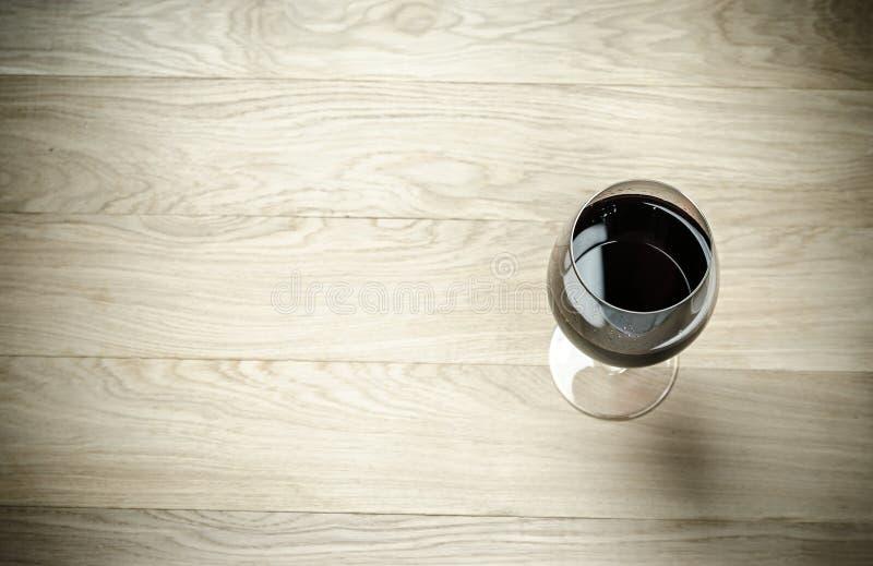 Rotwein in einem Weinglas Die Draufsicht lizenzfreie stockfotos