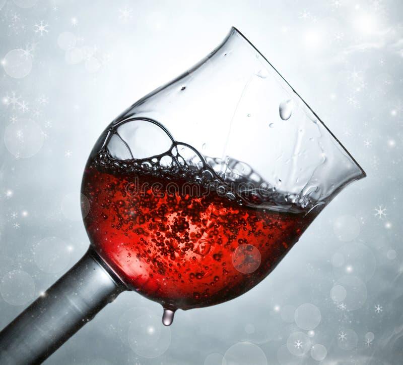 Rotwein gegen und Lichterkette lizenzfreie stockbilder