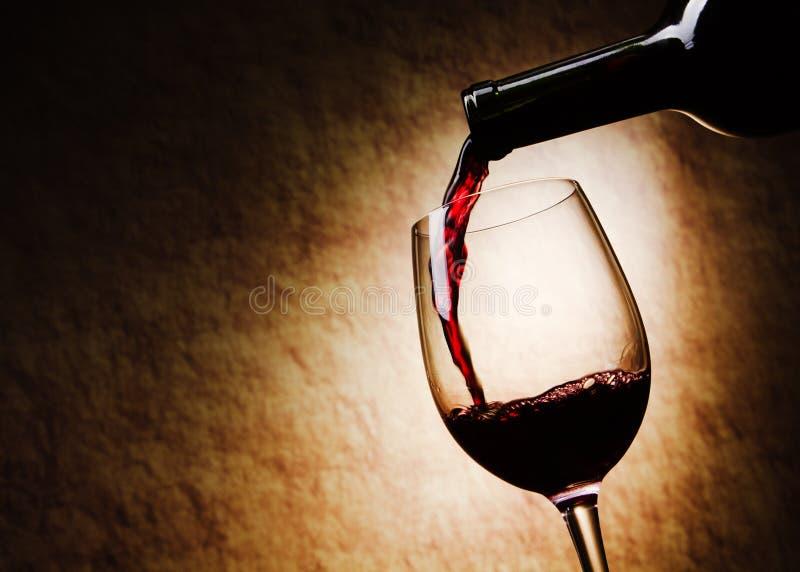 Rotwein-Glas und Flasche lizenzfreies stockfoto