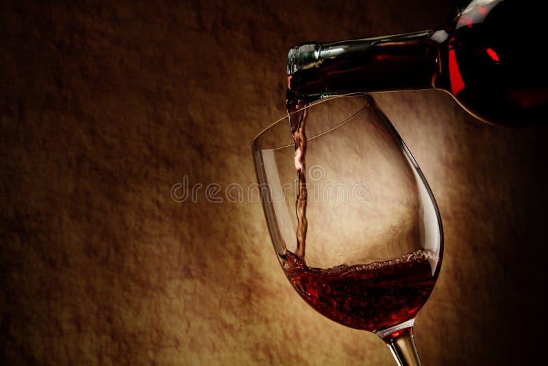 Rotwein-Glas und Flasche stockfoto