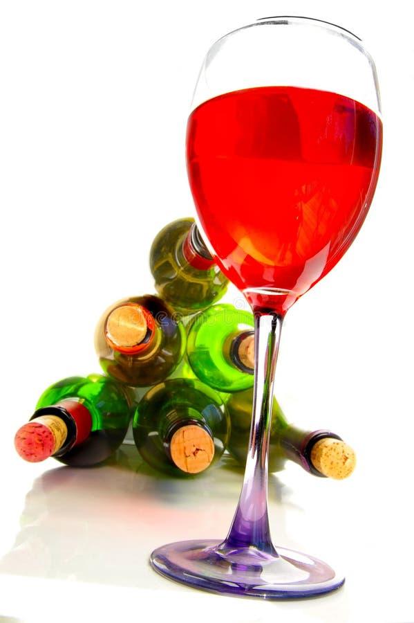 Rotwein und Flaschen stockbilder
