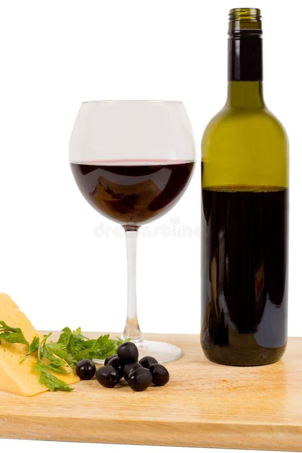 Rotwein und Oliven lizenzfreie stockbilder