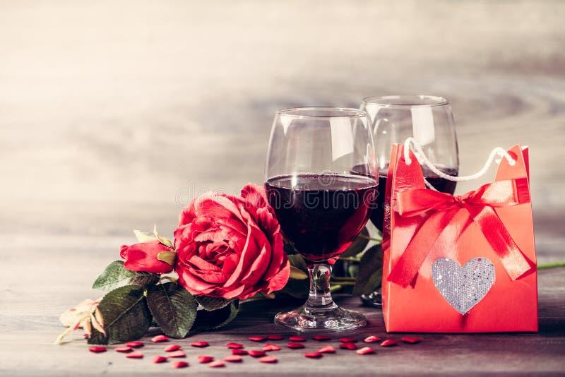 Rotwein und Rose lizenzfreie stockfotos