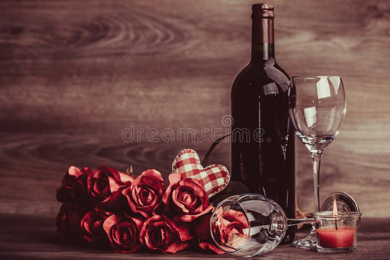 Rotwein und Rose lizenzfreie stockfotografie