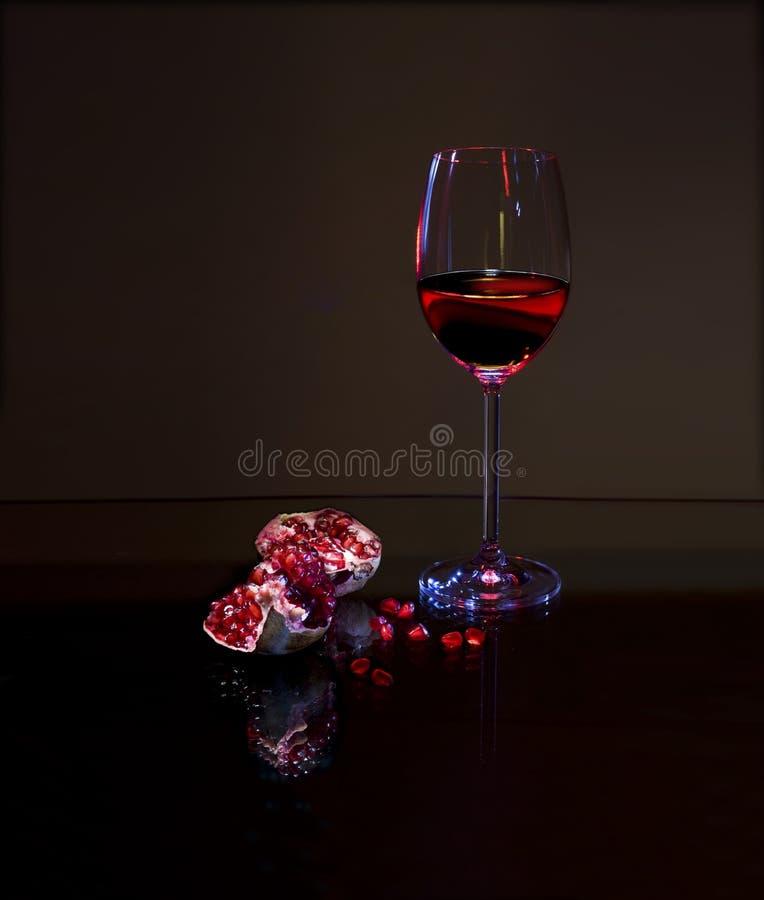 Rotwein und roter Granatapfel lizenzfreie stockbilder