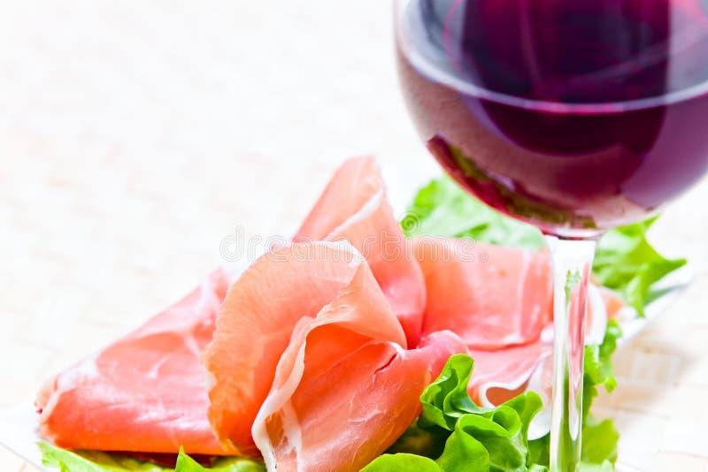 Rotwein und Schinken lizenzfreies stockbild