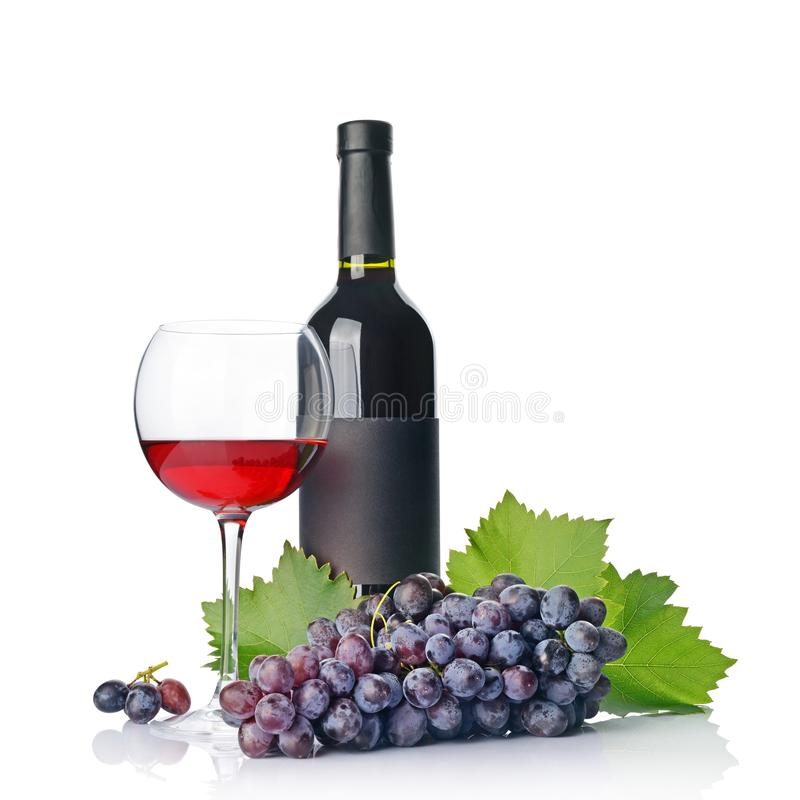 Rotweinflasche mit leerem schwarzem Aufkleber und Glas für das Schmecken mit frischer Traube stockbilder