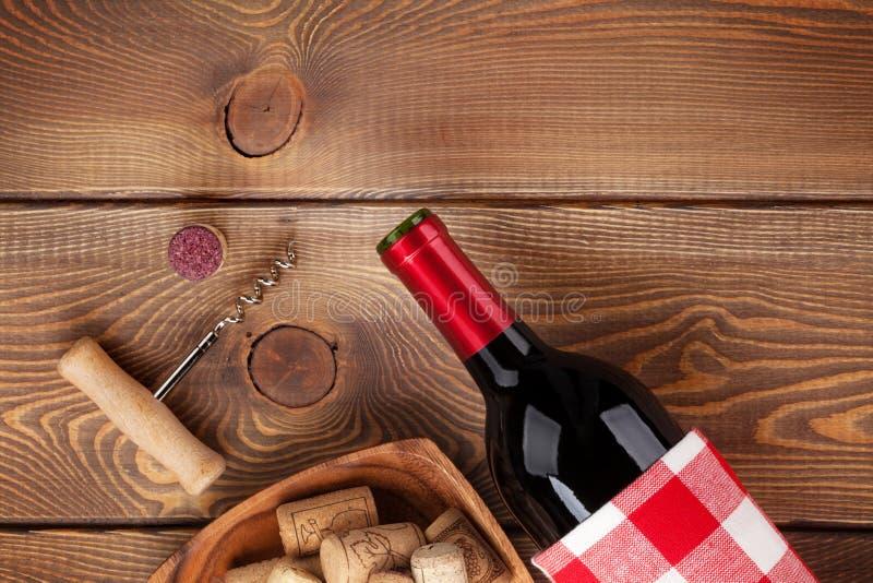 Rotweinflasche, Schüssel mit Korken und Korkenzieher Ansicht von oben lizenzfreie stockbilder