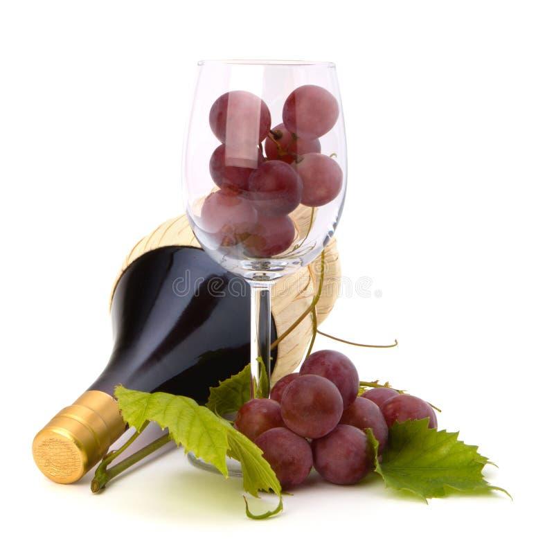 Rotweinflasche und Glas voll mit Trauben lizenzfreie stockfotos