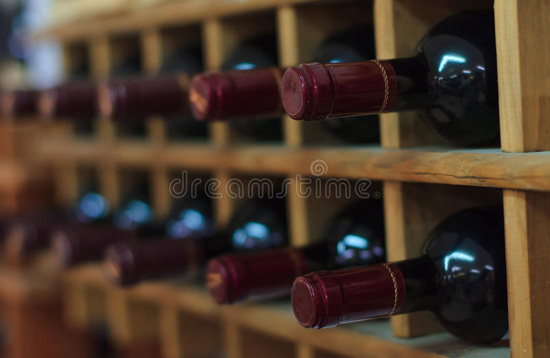 Rotweinflaschen stockbild