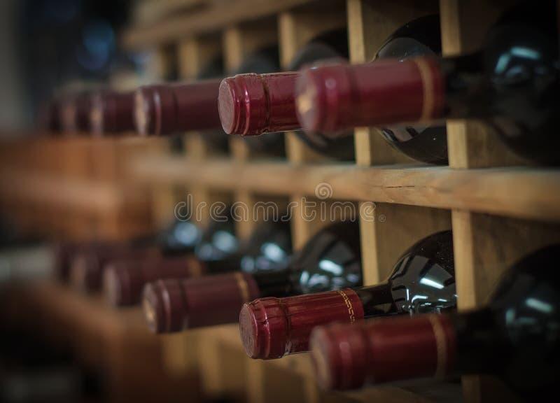 Rotweinflaschen stockfotos