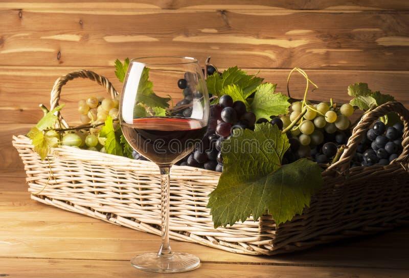 Rotweinglas auf dem Holztisch lizenzfreie stockfotografie