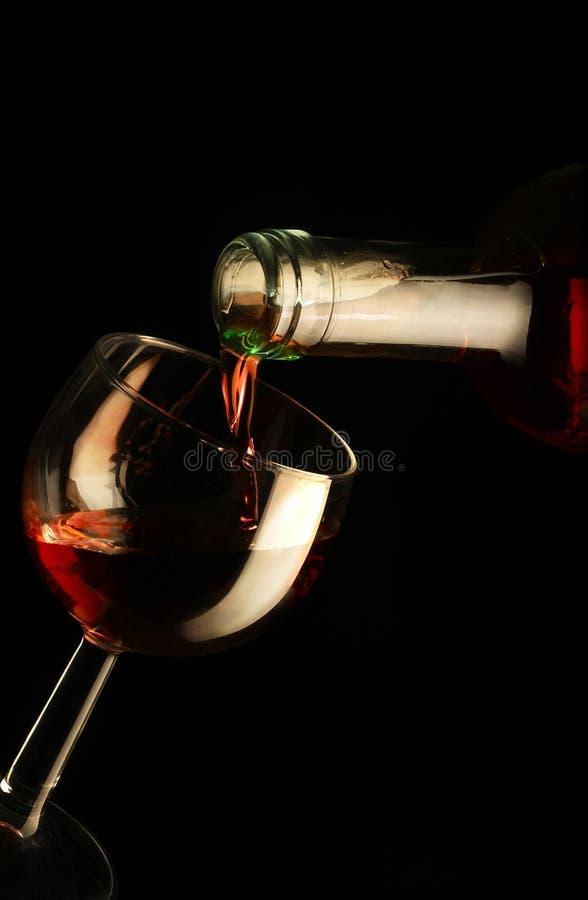 Rotweinglas mit Flasche lizenzfreie stockfotografie