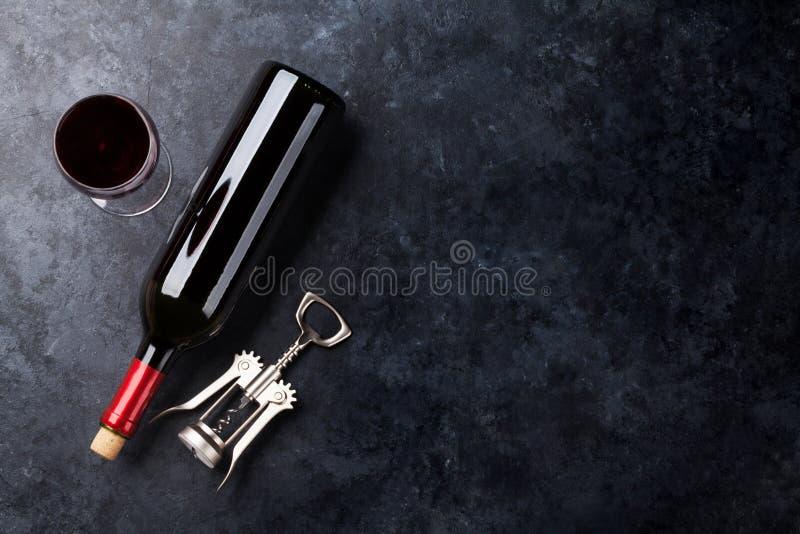 Rotweinglas und -flasche lizenzfreies stockfoto