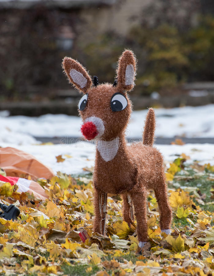Rotwild außerhalb der Weihnachtsdekoration lizenzfreies stockbild