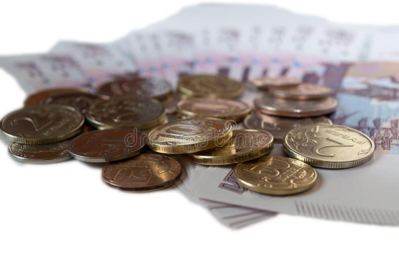 Roubles de pièces de monnaie sur le fond de 500 roubles de billets de banque isolared sur la fin blanche de fond  photos libres de droits