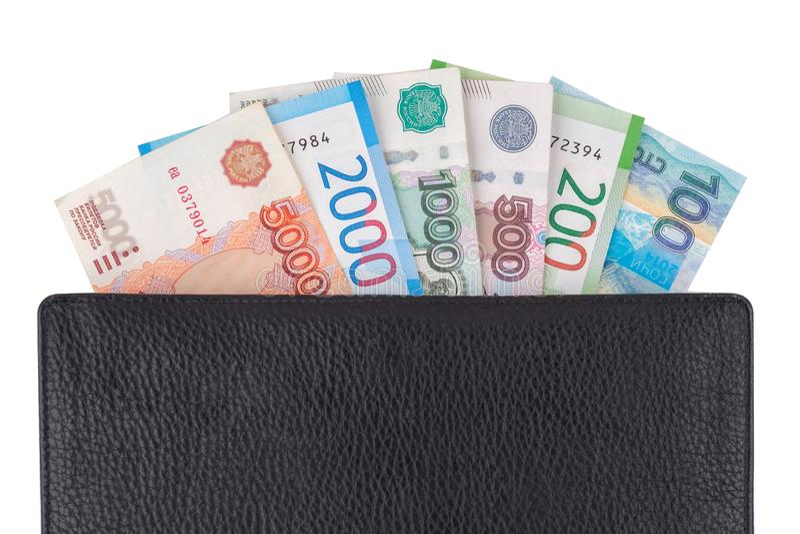 Roubles de Russe de devise, billets de banque 100, 200, 500, 1000, 2000, 5000, dans le portefeuille en cuir, d'isolement sur le b photographie stock libre de droits