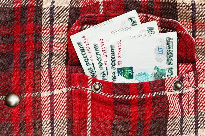 Roubles russes de notes dans la poche à carreaux de veste photo libre de droits