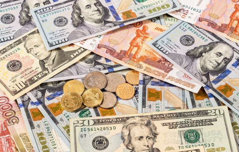Roubles russes de pièces de monnaie et billets de banque de dollars US photos stock