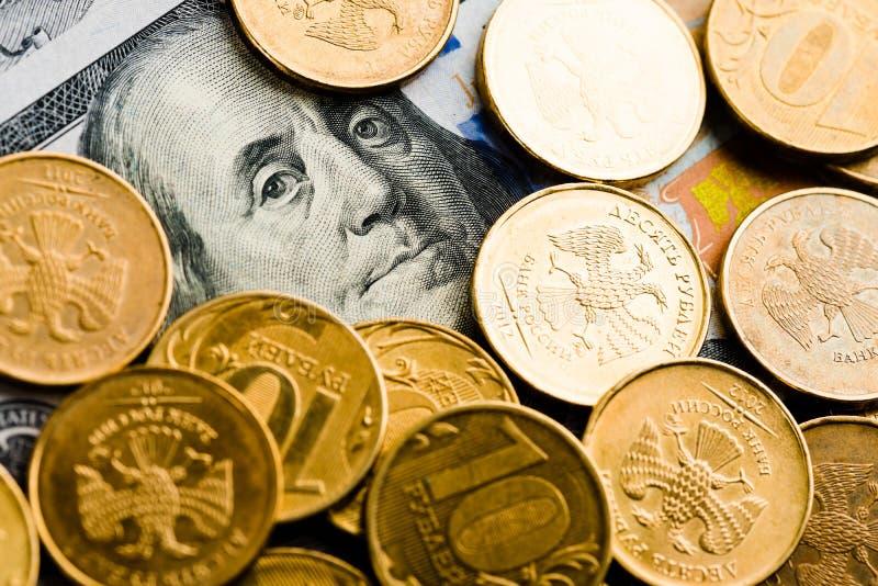 Roubles russes sur des billets de banque des dollars photographie stock libre de droits