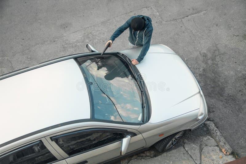 Roubo de carro na máscara preta com uma pistola fotografia de stock royalty free