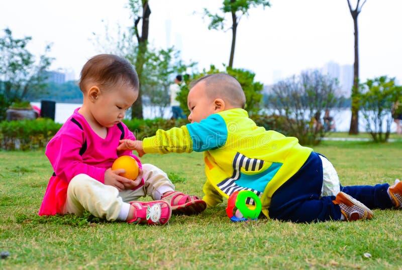 Roubo, raça, ocupação entre as crianças fotografia de stock