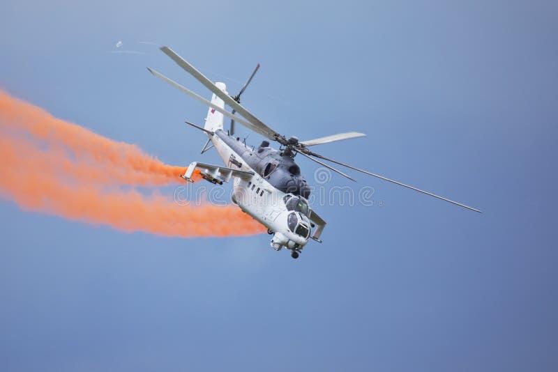 Roudnice nad Labem, TJECKIEN - JUNI 27 : Tjeckisk attackhelikopter för flygvapen som Mi-24 flyger en demonstration royaltyfria bilder