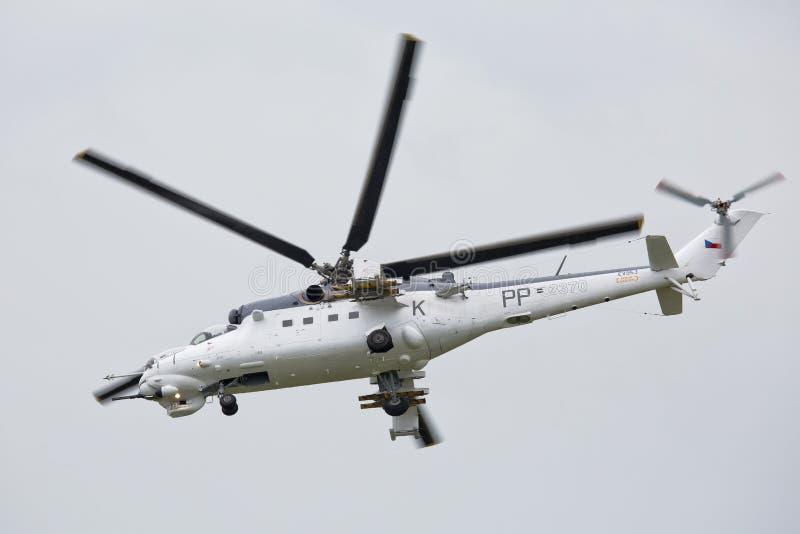 Roudnice nad Labem, TJECKIEN - JUNI 27 : Tjeckisk attackhelikopter för flygvapen som Mi-24 flyger en demonstration på den MINNES- arkivbild