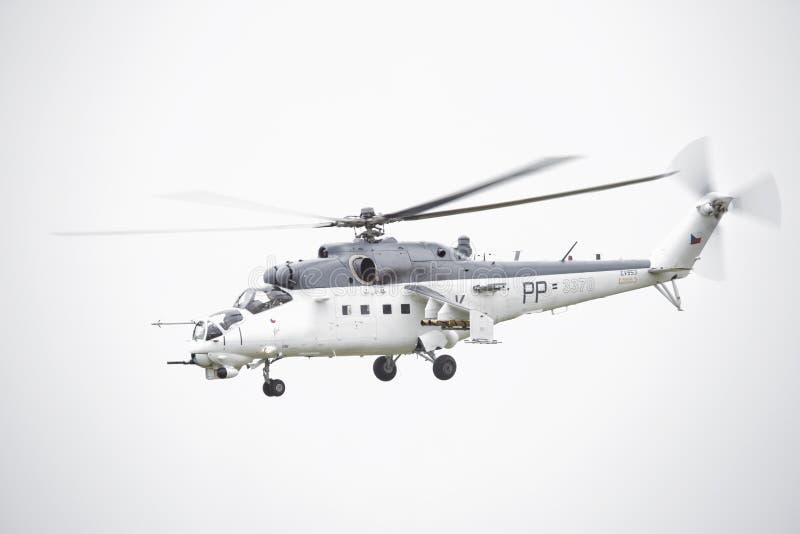Roudnice nad Labem, TJECKIEN - JUNI 27 : Tjeckisk attackhelikopter för flygvapen som Mi-24 flyger en demonstration på den MINNES- fotografering för bildbyråer