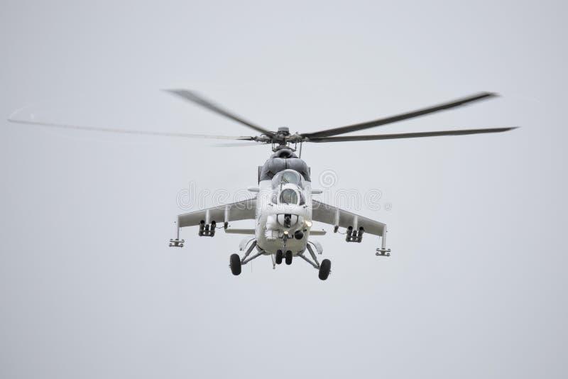 Roudnice nad Labem, TJECKIEN - JUNI 27 : Tjeckisk attackhelikopter för flygvapen som Mi-24 flyger en demonstration på den MINNES- royaltyfria foton