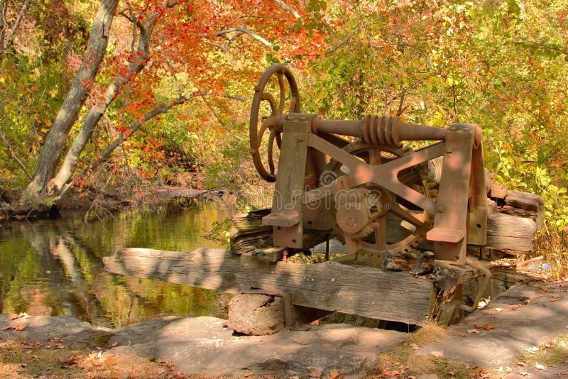Roue à eau rouillée et abandonnée photographie stock