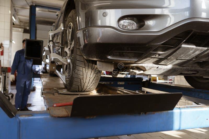 Roue équilibrant dans un atelier de réparations de voiture photographie stock libre de droits