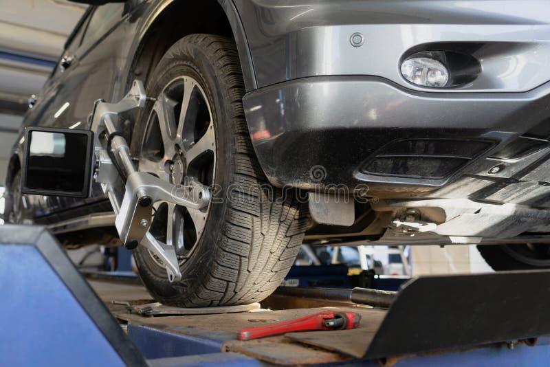Roue équilibrant dans un atelier de réparations de voiture photos libres de droits
