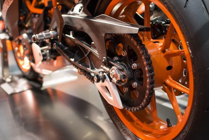 Roue arrière orange d'une moto de emballage photographie stock libre de droits