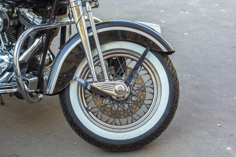 Roue avant de pneu de moto de couperet Rétro type photographie stock