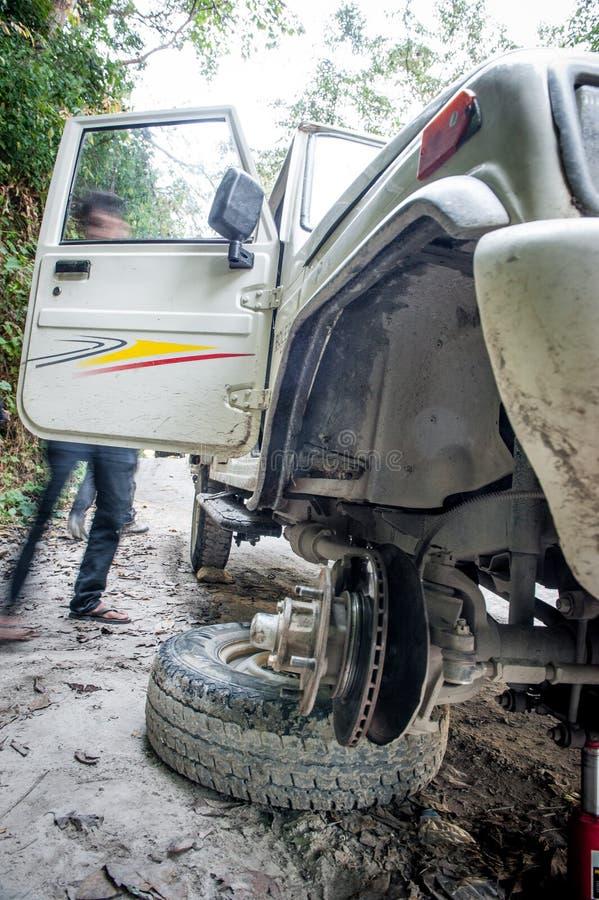 Roue cassée de voiture tous terrains sur une route sale de la poussière sur le chemin de circuit de Manaslu des montagnes, Himala photo libre de droits