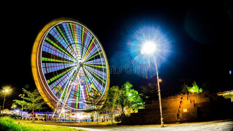 Roue colorée d'amusement pendant la nuit images stock