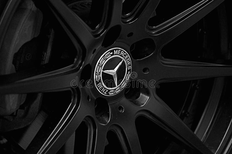 Roue d'alliage de Mercedes Benz avec le logo brillant photographie stock libre de droits