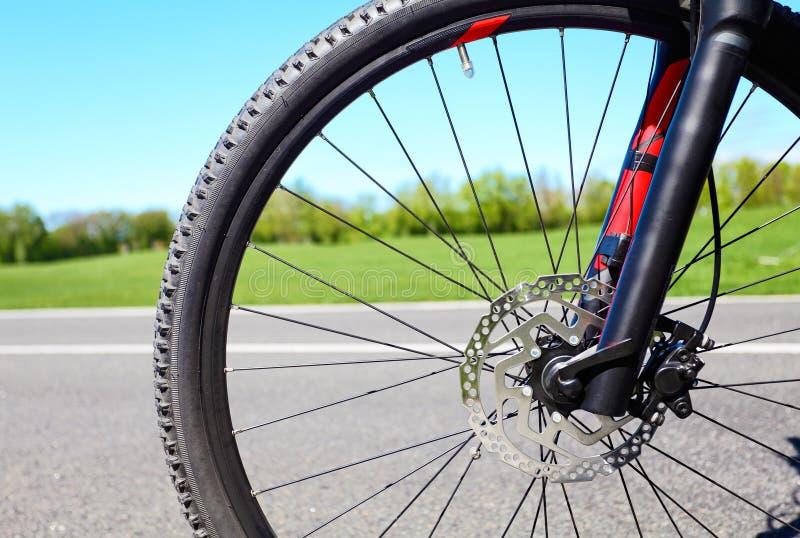 Roue de bicyclette avec des freins hydrauliques de disque photographie stock libre de droits