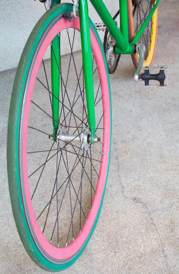Roue de bicyclette fixe verte de vitesse image libre de droits