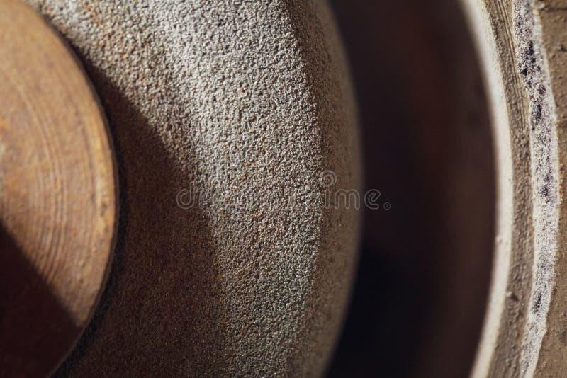 Roue de broyage. La surface rugueuse d'une vieille roue de broyage. Ancien équipement industriel images stock