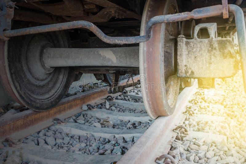 Roue de chemin de fer sur le rail pour le transport photos stock