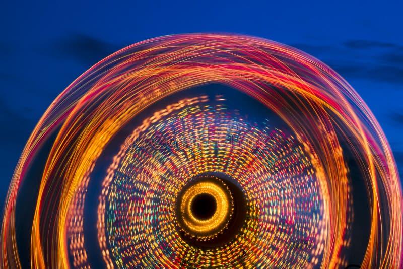 Roue de Ferris à la longue exposition crépusculaire image stock